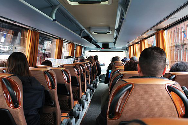 в замечательном комфортабельном автобусе по памятным местам
